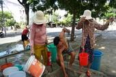 Thiếu nước, dân Đà Nẵng xếp hàng xách từng xô