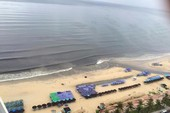 Nước thải đen ngòm cuồn cuộn chảy ra biển Đà Nẵng