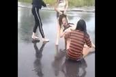 1 thiếu nữ bị đánh hội đồng dưới trời mưa