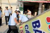 Người dân cùng Phó chủ tịch quận Bình Tân đi dẹp vỉa hè