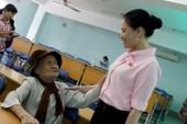 Cụ bà 92 tuổi chống gậy đến góp ý với đại biểu Quốc hội