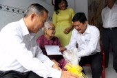 Thăm, tặng quà các mẹ Việt Nam anh hùng ở Nhà Bè