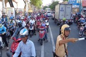 Xe máy chạy 2 chiều về Gò Vấp, đường Nguyễn Kiệm... kẹt