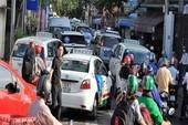 Đông đặc xe ngày đầu tuần ở cửa ngõ Tân Sơn Nhất