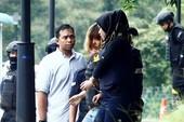 Nghi phạm Đoàn Thị Hương mặc áo chống đạn rời tòa