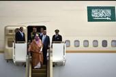 Vua Ả Rập đem 2 thang máy mạ vàng, 100 xe sang tới Nhật