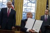 Ông Trump bỏ đi mà quên ký 2 sắc lệnh vừa thông báo