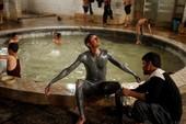 Spa nước nóng của quân Iraq giữa chiến trường Mosul