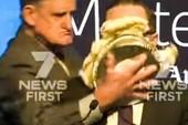 CEO hãng bay Úc bị úp bánh kem vào mặt