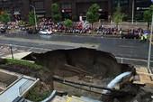 Hố tử thần khổng lồ nuốt chửng xe tải ở Trung Quốc