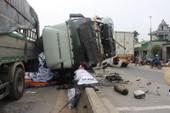 Xe tải lật trên Quốc lộ, gối đầu lên dải phân cách