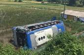 Xe khách lăn nhiều vòng xuống ruộng, 23 người suýt chết