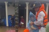 Công an vượt lũ đưa cháu bé gần 1 tuổi đi cấp cứu