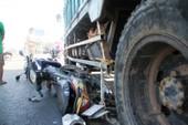 Clip xe tải lùa hàng loạt xe máy chờ đèn đỏ trên quốc lộ