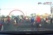 Camera hành trình ghi lại cảnh xe tải tông tám xe máy