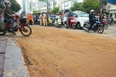 Xe tải rơi đất, đường Nguyễn Văn Trỗi kẹt cứng
