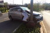 Nhiều ô tô gặp nạn vì vệt dầu nhớt trên đường