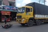 Xe tải cuốn 2 vợ chồng kéo lê trên đường