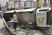 Xe tải mất phanh, lật trên cầu Nguyễn Văn Cừ