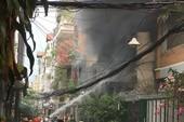 Phong tỏa đường 3/2 để chữa cháy căn nhà trên phố