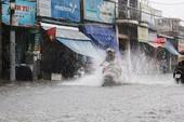 Mưa như trút nước, đường TP.HCM cuối tuần ngập nặng