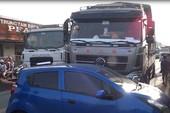 5 người kêu cứu trong ô tô bị tông văng nhiều mét