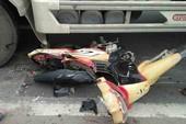 2 vợ chồng bị xe tải cuốn vào gầm ở vòng xoay An Lạc