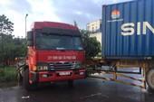 Xa lộ Hà Nội kẹt cứng vì container xoay ngang
