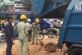 Xe ben đổ bùn đất ra đường, giao thông tê liệt