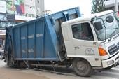 Xe chở rác sụp hố sâu ở trung tâm TP.HCM