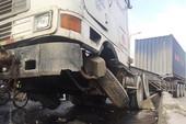 Container húc dải phân cách làm quốc lộ kẹt cứng
