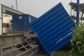 Đang chạy, container rơi thùng xuống xa lộ Hà Nội