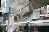 Căn nhà ở Tân Bình bốc cháy sau tiếng sét lớn trong mưa