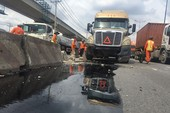 Xa lộ Hà Nội kẹt cứng sau tai nạn xe container