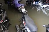 Mưa lớn, nước như thác đổ nhấn chìm hầm xe chung cư
