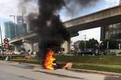 Xe máy cháy ngùn ngụt trên xa lộ Hà Nội