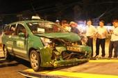 Lao thẳng vào taxi, cả Mercedes 4 chỗ lẫn taxi đều tan nát