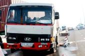 Container leo dải phân cách, gây ùn tắc giao thông trên cầu Sài Gòn