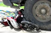 Xe tải cán nát xe máy, một phụ nữ tử vong