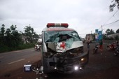 Xe máy cuộn cục sau cú tông trực diện vào ô tô cấp cứu