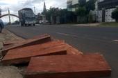 Hất gỗ căm xe xuống đường khi công an truy đuổi