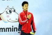 Quý Phước cầm cờ đoàn Thể thao Việt Nam