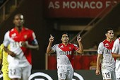 Falcao giúp Monaco đuổi kịp PSG
