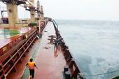 Tàu 28.000 tấn mắc cạn gây tràn dầu trên biển