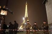 Tháp Eiffel bị dọa đánh bom, du khách di tản