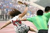 Nữ cổ động viên đuổi đánh trọng tài