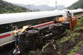 Tàu tốc hành đâm nát xe chở rác tại Đức