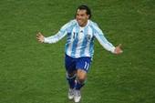 """Tevez chán ốm cái trò """"hôn hít"""" của ông thầy Maradona"""