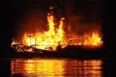 Tàu du lịch bốc cháy rồi chìm trên vịnh Hạ Long