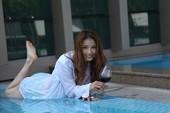 Cao Thùy Dương lả lơi ở bể bơi